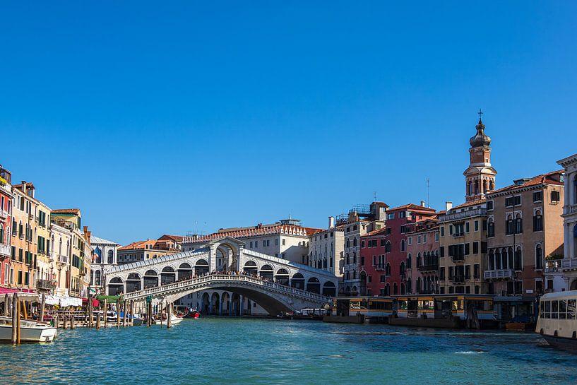 Gezicht op de Rialtobrug in Venetië, Italië van Rico Ködder