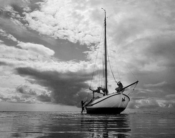 Drooggevallen zeilschip  Lemster aak op de Waddenzee