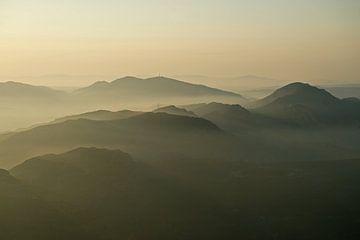 Nebel zwischen den Bergen im katalanischen Montserrat von Gert van Santen