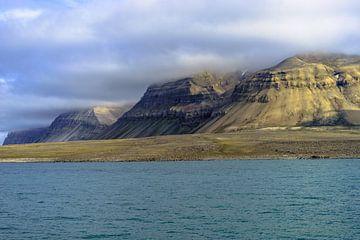 Haze op de Isjford in Svalbard van Kai Müller