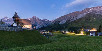 Arosa met de Bergkirchli in Zwitserland van Werner Dieterich