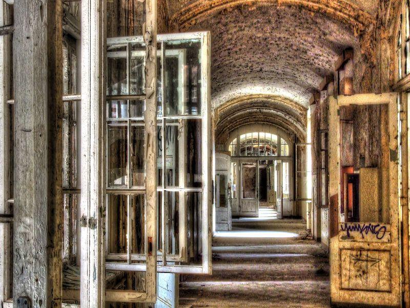 Langer Korridor mit zu öffnenden Fenstern in einem alten Gebäude von Tineke Visscher