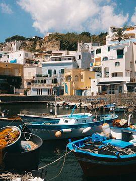 Vissersbootjes in de haven van Sant'Angelo op het Italiaanse eiland Ischia