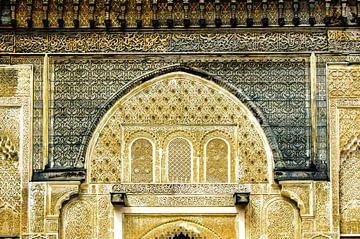 Fassade mit arabischen Verzierungen in einer Medersa in Fez in Marokko von Dieter Walther