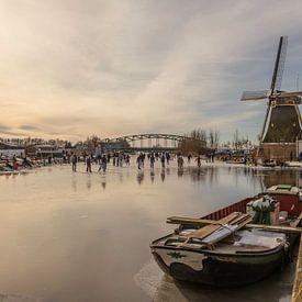 mensen aan het schaatsen bij de molen van Schipluiden van Compuinfoto .