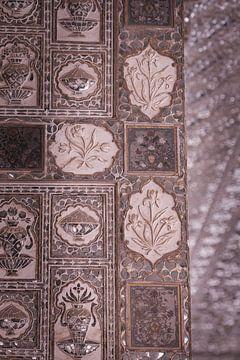 Mozaik in het Amber Fort van Jaipur. van Karel Ham