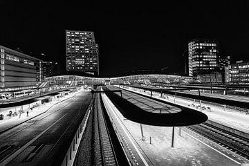 Centraal station Utrecht en het Stadskantoor in de avond in zwartwit (2) van De Utrechtse Grachten