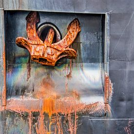 Coque de navire avec ancre, rouille et taches d'huile sur Frans Blok