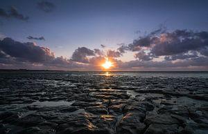 Zonsondergang boven droogvallende Waddenzee van Patrick Verhoef