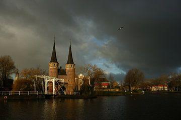 Delft Oostpoort met een donkere onweerswolk van Alice Berkien-van Mil