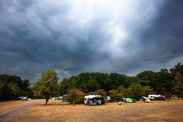 Camping vlak voor storm en heftige regenbui in Nederland van Peter de Kievith Fotografie