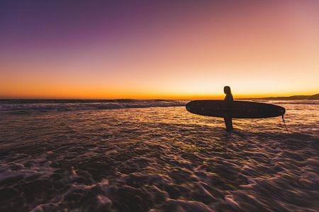 Surfen zonsondergang