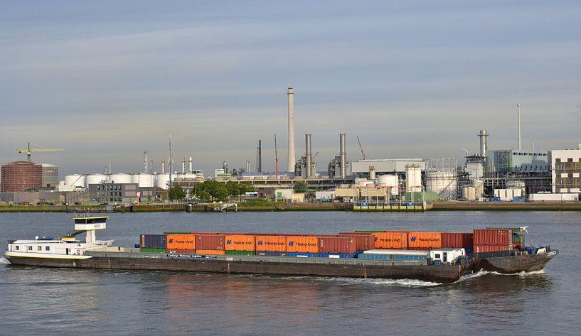 Containerschip in de haven van Piet Kooistra
