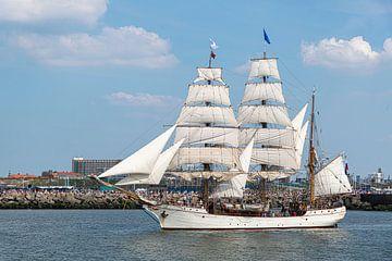 Antiker Großsegler, Schiff verlässt den Hafen von Den Haag, Scheveningen unter einem sonnigen und bl