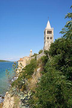 Clocher de l'église Sainte Marie de l'Assomption du 12ème siècle sur la côte de la ville de Rab