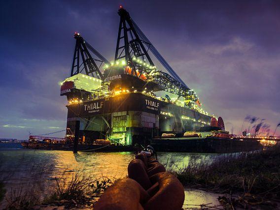 Thialf Kraan Schip. Haven van Rotterdam van Art By Dominic