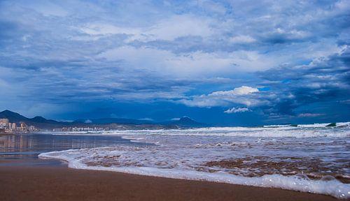 Strand uitzicht op bergen in Spanje