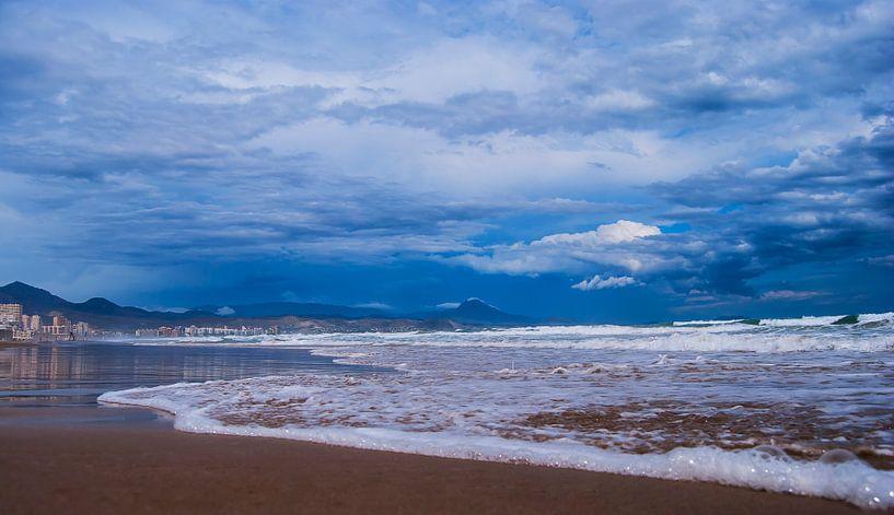 Strand uitzicht op bergen in Spanje van Rouzbeh Tahmassian