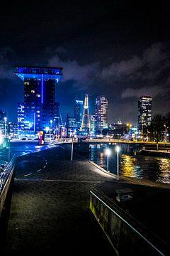 Rotterdam in de avond van Fred Leeflang