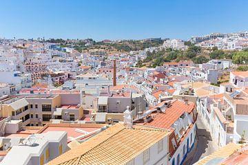 Portugiesische Stadt Albufeira mit weißen Gebäuden und Häusern von Ben Schonewille