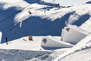 Actie foto snowboarder hoog in de lucht in de Oostenrijkse alpen