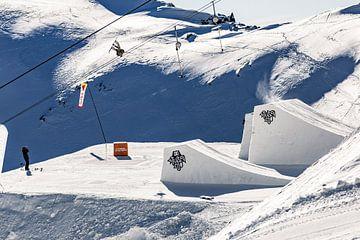 Actie foto snowboarder hoog in de lucht in de Oostenrijkse alpen van Hidde Hageman