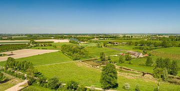 """Photo de drone dans le """"Zak van Zuid-Beveland"""" avec la ferme Roode Hoeve un jour d'été sur Percy's fotografie"""