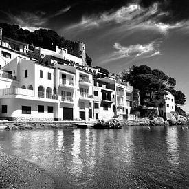 Weiße Häuser an der Küste, Spanien (Schwarz-Weiß) von Rob Blok