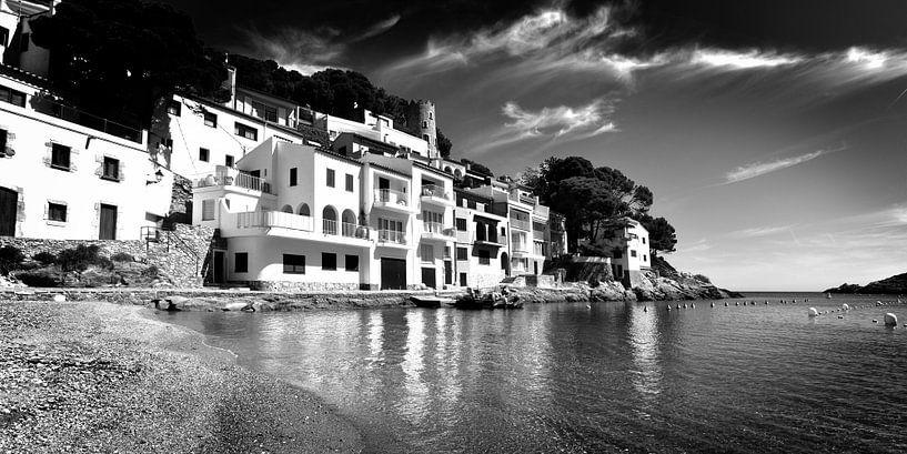 Witte huizen aan de kust, Spanje (zwart-wit) van Rob Blok