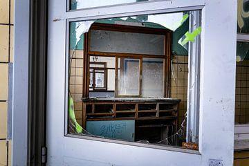 loket in verlaten station van FOTOGRAAF van Hoof