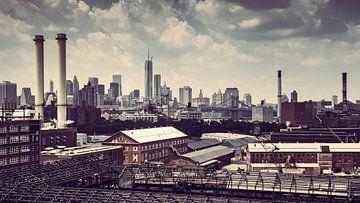 NEW YORK SKYLINE MET OUDE FABRIEKEN EN DE BROOKLYN BRIDGE (VINTAGE) van Hannie Verhoeven