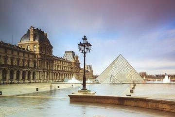 Louvre pluvieux Paris sur Dennis van de Water
