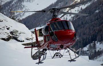 Reddingshelikopter in de Zwitserse Alpen van Willem van den Berge