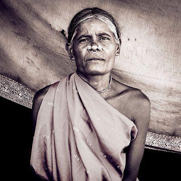 Traditioneel versierde vrouw uit Odisha, India van Affect Fotografie