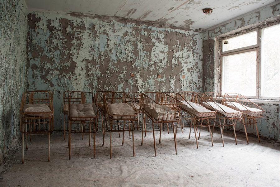 Baby bedjes in het ziekenhuis van Pripyat van Tim Vlielander