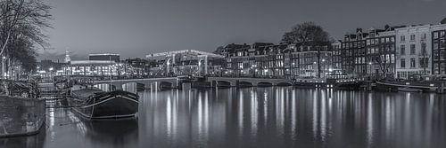 Magere Brug en de Amstel in Amsterdam in de avond - 3