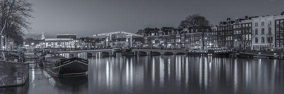 Magere Brug und die Amstel in Amsterdam am Abend