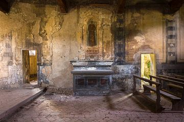 Verlaten Altaar in de Kerk. van