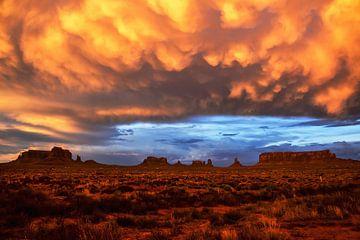 Goudkleurige wolken Monument Valley von Daphne Wielink