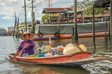Thaise koopvrouw op drijvende markt van