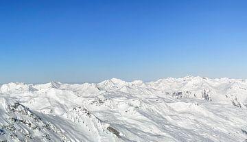 Panoramisch uitzicht hoog in de besneeuwde bergen van de Franse Alpen van Sjoerd van der Wal
