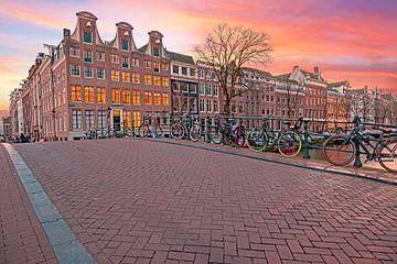 Das Stadtbild von Amsterdam in den Niederlanden bei Nacht von Nisangha Masselink
