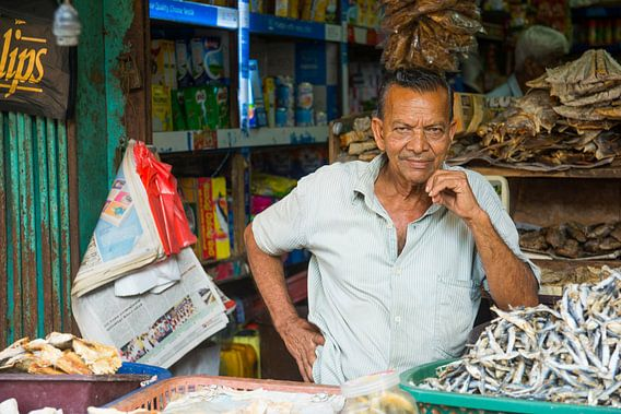 Trotse man bij zijn marktkraam in Sri Lanka