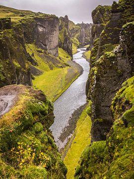 Fjaðrárgljúfur kloof IJsland van Samantha Schoenmakers