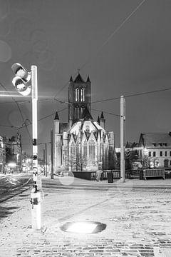 Tijdens sneeuwval het Belfort van Gent in zwart-wit van Marcel Derweduwen
