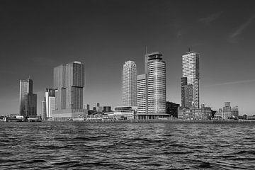 Rotterdamer Skyline mit Erasmus-Brücke am Morgen in Rotterdam, Niederlande. von Tjeerd Kruse