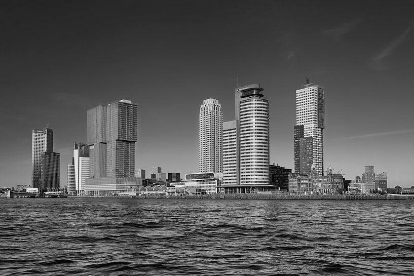 Rotterdam Skyline met Erasmusbrug in de ochtend in Rotterdam, Nederland. van Tjeerd Kruse