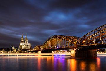 Blauwe uur Keulen Hohenzollernbrücke van Vincent Fennis