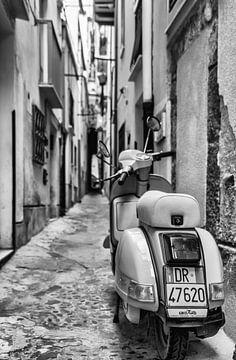 Vespa Scooter in Italiaanse straat van Mario Calma