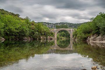 De rivier de Herault in het zuiden van Frankrijk met op de achtergrond de Pont de Saint Etienne d'Is van Fartifos